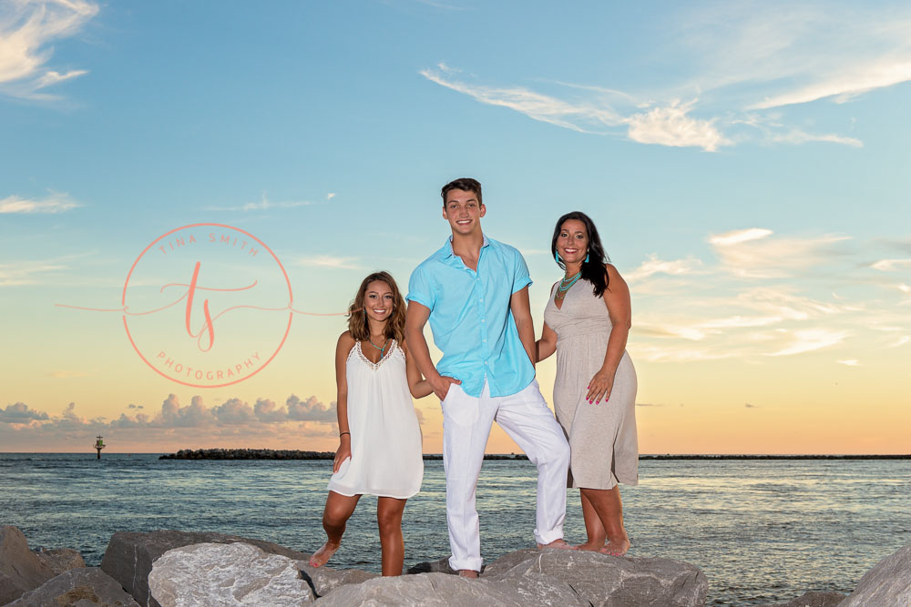 destin senior portraits photographer with the family